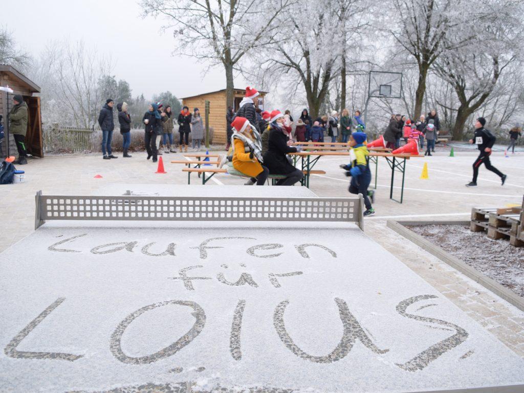 Grundschüler laufen für Loius